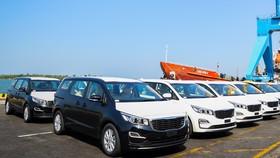 Lô xe Kia Grand Carnival được chuẩn bị đưa vào container tại Khu công nghiệp Thaco Chu Lai (Quảng Nam) để xuất khẩu sang Thái Lan