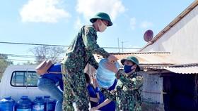 Bộ đội Biên phòng tặng bồn chứa nước và cấp nước sạch miễn phí vùng hạn mặn ven biển