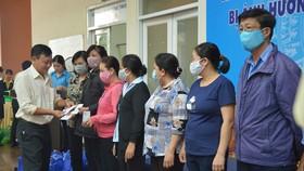 Liên đoàn Lao động quận Phú Nhuận trao quà giúp đoàn viên công đoàn vượt khó