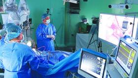 Các bác sĩ ứng dụng robot phẫu thuật u não tại Bệnh viện Nhân dân 115