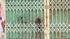 Các băng nhóm đòi nợ thuê thường tới nhà người thiếu nợ đe dọa, quậy phá, tạt sơn, mắm tôm vào cửa. Ảnh: BÙI ANH TUẤN