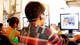 Trẻ em nghiện game online có thể sẽ sa sút trong học tập, tâm tính thay đổi. Ảnh: ĐỨC THÀNH