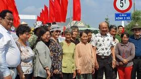 Ông Nguyễn Minh Hiếu, Chủ tịch HĐQT SSC (thứ nhất bên trái) cùng bà con vùng biên giới Tây Nam tại Lễ Khánh thành cầu Kênh 3 Xã, đây là 1 trong 6 chiếc cầu do SSC tài trợ cho Kiến Tường, Long An.