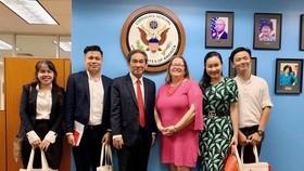 Bà Marie C. Damour - Tổng Lãnh sự Hoa Kỳ và NGND.PGS.TS Hồ Thanh Phong – Hiệu trưởng Đại học Quốc tế Hồng Bàng cùng các thầy cô tại Lãnh sự quán Hoa Kỳ