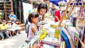 Mẹ và bé lựa chọn sách tại Đường sách TPHCM. Ảnh: DŨNG PHƯƠNG