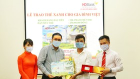 """HDBank trao """"Thẻ Xanh cho gia đình Việt"""" cho khách hàng đầu tiên"""