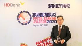 Ông Trần Hoài Phương – Giám đốc Khối Khách hàng Doanh nghiệp, đại diện HDBank nhận giải