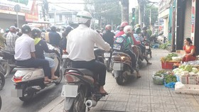 CSGT phạt nhiều xe máy đi trên vỉa hè
