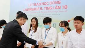 Ông Marvin Tsao, Tổng Giám đốc Công ty TNHH Tân Thuận, đại diện Quỹ Lawrence S. Ting trao học bổng cho sinh viên Trường Đại học Khoa học Tự nhiên TPHCM.