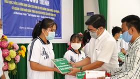 Trao học bổng cho học sinh nghèo
