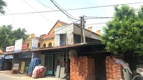 Dãy nhà xây che chắn mặt tiền thành cổ (ảnh chụp ngày 8-8-2020). Ảnh: THANH THẢO