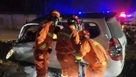 Lực lượng cứu hộ làm nhiệm vụ tại hiện trường một vụ tai nạn giao thông trên đường Phòng Vĩ, thành phố Tây An, tỉnh Thiểm Tây, Trung Quốc. Ảnh tư liệu: THX/TTXVN