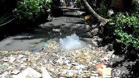 Ô nhiễm rác thải trên kênh rạch tăng nhanh