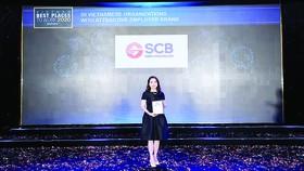 Đại diện SCB nhận giải tại buổi lễ vinh danh 50 Doanh nghiệp Việt có thương hiệu Nhà tuyển dụng hấp dẫn do Anphabe tổ chức