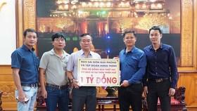 Đại diện Báo SGGP trao 1 tỷ đồng do Tập đoàn Hưng Thịnh hỗ trợ đồng bào bị thiệt hại do bão lũ tại Thừa Thiên-Huế