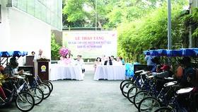 Công ty XSKT TPHCM trao tặng 30 xe lắc, xe lăn cho người bán vé số khuyết tật