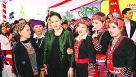 Chủ tịch Quốc hội Nguyễn Thị Kim Ngân với nhân dân xã Quang Minh. Ảnh: TTXVN
