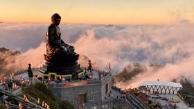 Bái Phật cầu an trên đỉnh Fansipan mùa lễ tạ cuối năm