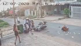 Hình ảnh từ camera ghi lại cảnh một thanh niên đánh dã man một nữ sinh sau vụ va chạm giao thông ở Bình Dương