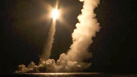 Tên lửa đạn đạo liên lục địa được phóng bởi tàu ngầm hạt nhân Vladimir Monomakh từ Sera, biển Okhotsk, Nga. Ảnh: AP
