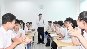 Thầy Trương Bá Hải và những học trò khiếm thị của mình tại Trung tâm GDNN-GDTX quận 10, TPHCM. Ảnh minh họa