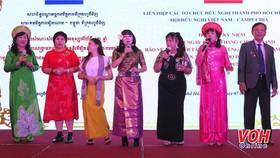 Tiết mục biểu diễn văn nghệ tại buổi họp mặt kỷ niệm 42 năm Ngày chiến thắng biên giới Tây Nam và cùng quân dân Campuchia chiến thắng chế độ diệt chủng ở Campuchia (7-1-1979 -- 7-1-2021). Ảnh: VOH