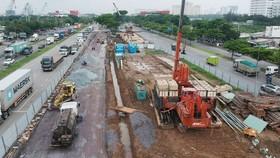 Công trình thi công nút giao thông Nguyễn Văn Linh - Nguyễn Hữu Thọ, tháng 6-2020. Ảnh: CAO THĂNG