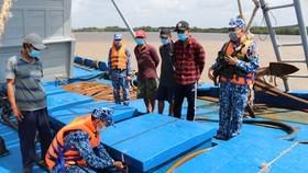 Tổ công tác Bộ Tư lệnh Vùng Cảnh sát biển 4 tiến hành kiểm tra tang vật