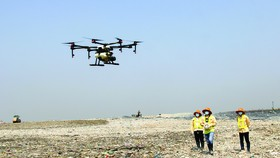 Thiết bị bay chở được 10 lít dung dịch, có thể bay được 15 phút. Người lái có thể cài đặt đường bay,  độ cao và thời gian cho thiết bị bay