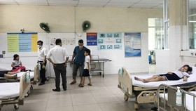 Các em học sinh Trường Tiểu học số 1 Hòa Khương (Đà Nẵng) bị ngộ độc khi chơi slime được chăm sóc tại bệnh viện