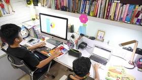 Học sinh học trực tuyến tại nhà. Ảnh: THANH TÙNG
