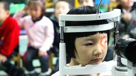Kiểm tra thị lực tại một trường tiểu học ở Thượng Hải, Trung Quốc