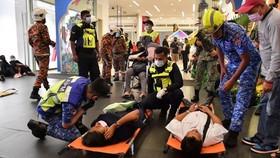 Nhân viên cấp cứu chăm sóc các nạn nhân trong vụ tai nạn tàu cao tốc, tại ga Kampung Baru hôm 24-5-2021.Ảnh: straitstimes.com
