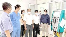 Thứ trưởng Nguyễn Trường Sơn cùng các chuyên gia kiểm tra công tác điều trị tại Bệnh viện Phổi Bắc Giang
