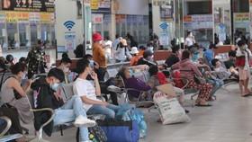 Lượng hành khách ra Bến xe Miền Đông để về quê ngày 30-5-2021 tăng cao. Ảnh: QUỐC HÙNG