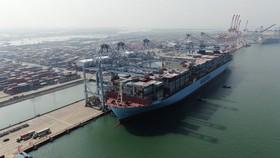 Tàu Margrethe Maersk có sức chở lên đến 20.000 TEU, dài 399.23m, rộng 59m, cập Cảng Quốc tế Cái Mép, tại Phú Mỹ, tỉnh Bà Rịa - Vũng Tàu, tháng 10-20202. Ảnh: QUANG KHOA