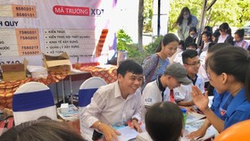 TS Bùi Văn Hưng, Phó Hiệu trưởng nhà trường tư vấn tuyển sinh cho học sinh THPT