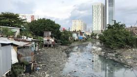 Rạch Xuyên Tâm bị ô nhiễm nặng suốt hàng chục năm qua. Ảnh: ANH TUẤN