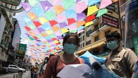 Người dân xếp hàng để xét nghiệm Covid-19, ở Bangkok, Thái Lan, ngày 14-4-2021.Ảnh: REUTERS
