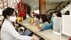 Đội ngũ y, bác sĩ check in tại khách sạn Đồng Khánh