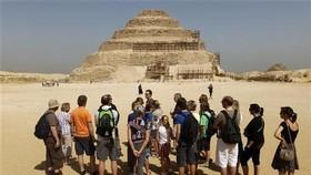 Khách quốc tế thăm Kim tự tháp, ở thủ đô Cairo, Ai Cập. Ảnh: REUTERS