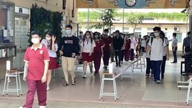 Các thí sinh ở Điểm thi Trường THCS Minh Đức, quận 1, TPHCM ra về sau khi kết thúc môn thi Ngoại ngữ, chiều 8-7-2021. Ảnh: HOÀNG HÙNG