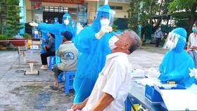 Lấy mẫu xét nghiệm cộng đồng ở xã Đa Phước, huyện Bình Chánh, TPHCM. Ảnh: KIM LOAN