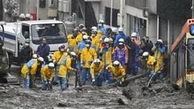 Nhân viên cứu hộ tìm kiếm người mất tích sau vụ lở đất do mưa lớn ở Atami, tỉnh Shizuoka, Tây Nam thủ đô Tokyo, Nhật Bản, ngày 4-7-2021. Ảnh: Kyodo