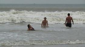 Trưa 24-11, du khách vẫn thản nhiên tắm biển Vũng Tàu