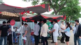 Người dân khai báo y tế tại chốt kiểm soát trên QL51 trước khi vào tỉnh Bà Rịa - Vũng Tàu