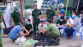 Bắt tàu chở 45kg thuốc nổ nghi TNT