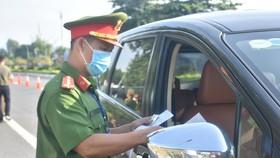 Lực lượng công an tỉnh Bà Rịa - Vũng Tàu kiểm tra giấy đi lại của người dân tại đường vào TP Vũng Tàu