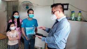 Chủ tịch UBND TP Vũng Tàu tặng máy tính bảng cho 2 cháu bé mồ côi mẹ