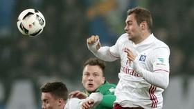 Hamburg hy vọng sẽ thu được một khoản tiền đáng kể từ việc bán tiền đạo Pierre-Michel Lasogga (phải)